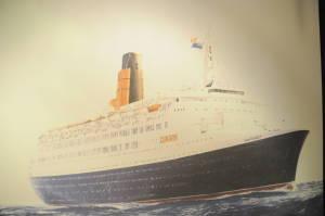 """На одній із стін виявилася Queen Elisabeth 2, колишній флагманський корабель флоту Cunard, якому на зміну прийшов цей. З самого 69-го року (коли спустили на воду """"Королеву Єлізавету 2""""), нихто у світі не наважувався будувати такі великі судна"""