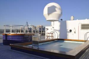 Один з 5 корабельних басейнів і єдиний - на відкритому повітрі, поряд джакузі
