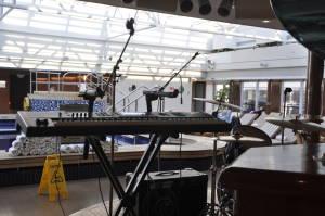 На палубі нижче, під величезним (що відкривається) скайлайтом джакузі вже працюють, але поки що без музичного супроводу