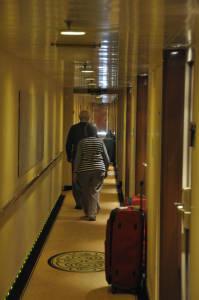 Довжелезні коридори порівняно дешевих кают, можна взяти й за 900 долларів з людини, якщо не менше