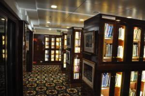 Чудово велика бібліотека, можна брати до двох книг на пасажира за раз