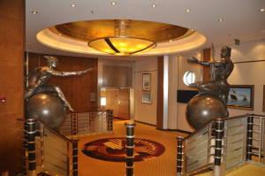Оформлення на вході до кіно-театру, він же планетарій. Ви не недочули - справжній планетарій!