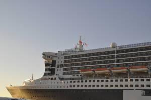 Гордий ніс судна дивиться у бік виходу з нью-йоркської затоки