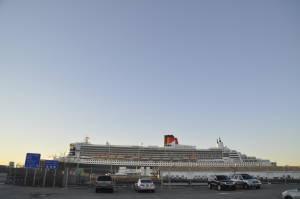 Queen Mary 2 ледь вміщається в кадр: довжина судна - 345 метрів