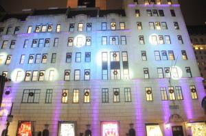 Подсвечены окна, откуда выглядывают юные певцы